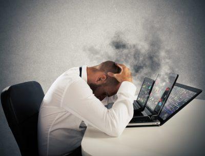 Ein Mann der an einem Burnout leidet